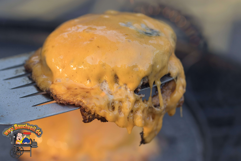 Burger mit geschmolzenem Käse