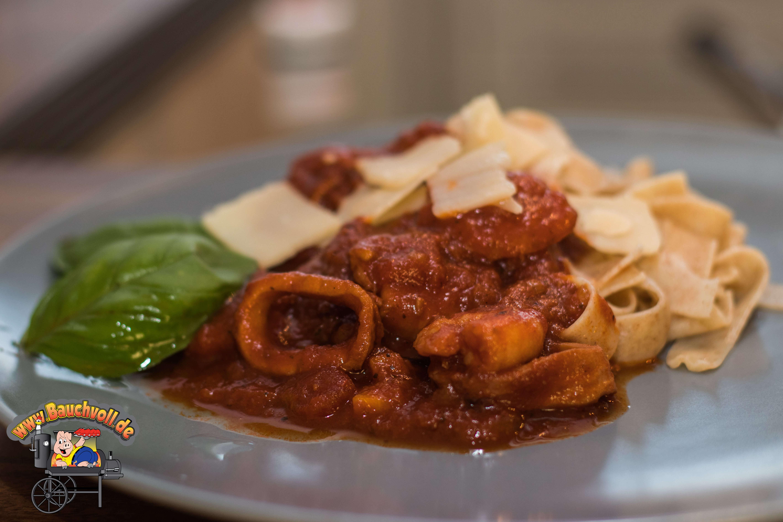 Meeresfrüchtebolognese mit Parmesan und Nudeln